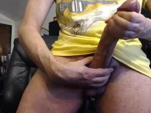 pokazuje jego duży penis